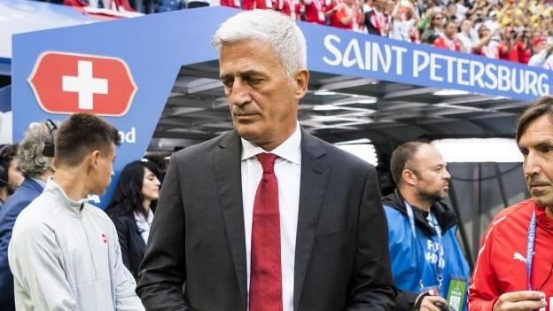 Vladimir Petkovic schaut gegen unten.
