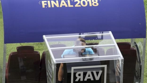 Schiedsrichter Nestor Pitana in der Video-Schiedsrichterbox bevor er für Frankreich einen Penalty gegen Kroatien pfeift.