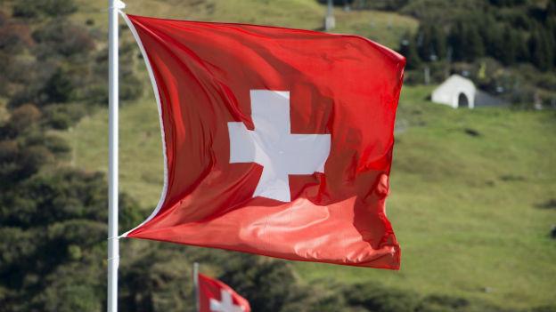 Eine Schweizer Fahne weht im Wind.