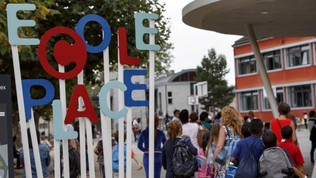 Schild einer Schule in der Romandie.