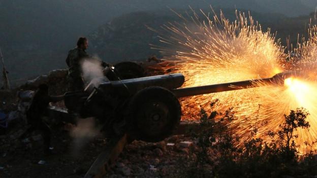Syrischer Soldat feuert eine Kanone ab.