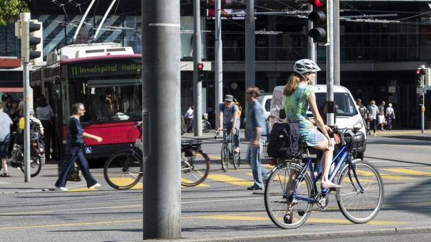 Eine Strasse in der Stadt Bern mit Bus, Autos, Velos und Fussgängern (Symbolbild).