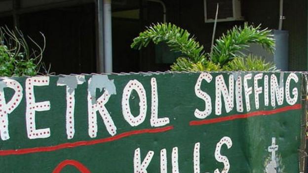 Ein Plakat in einer Aborigines-Gemeinde in Australien, «Petro sniffing kills» steht darauf.