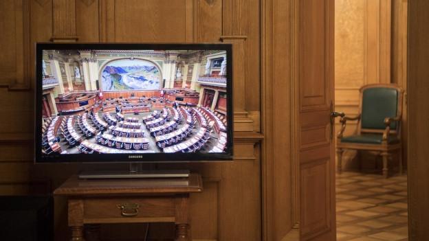 Auf einem Bildschirm im Ständerat ist der Nationalratsaal zu sehen.