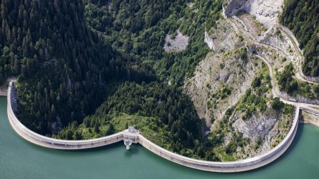 Ein Staudamm von oben betrachtet.