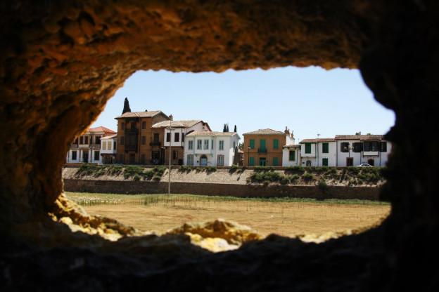 Blic durch ein Loch in der Wand in die Pufferzone auf Zypern.