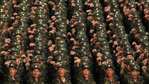 Nordkoreanische Soldaten in Reih und Glied.