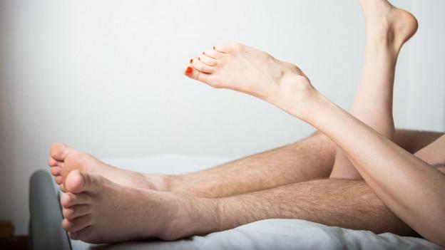 Nackte Männer- und Frauenbeine: Da waren offenbar beide einverstanden.