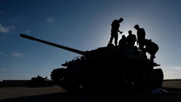 Soldaten unter dem Kommando von General Chalifa Haftar sammeln sich auf dem Vormarsch nach Tripolis.