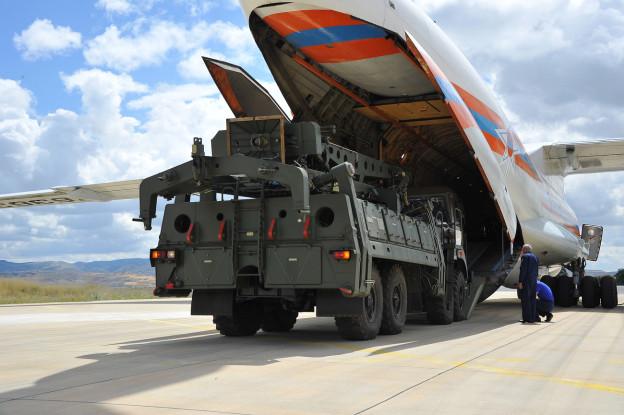 Sorgt im Moment für Spannungen zwischen den USA und der Türkei: Das russische Raketenabwehrsystem, hier bei der Anlieferung in Ankara vergangenen Freitag.