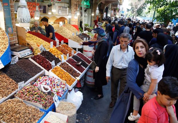 Die iranische Bevölkerung leidet zunehmend unter den Wirtschaftssanktionen. Im Bild ein Basar in Teheran.