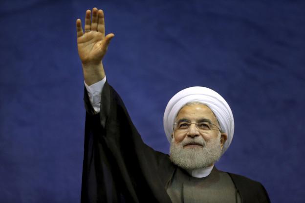 Im Bild ist der iranische Präsident Rohani zu sehen, wie er winkt. Er ist innenpolitisch unter Druck.