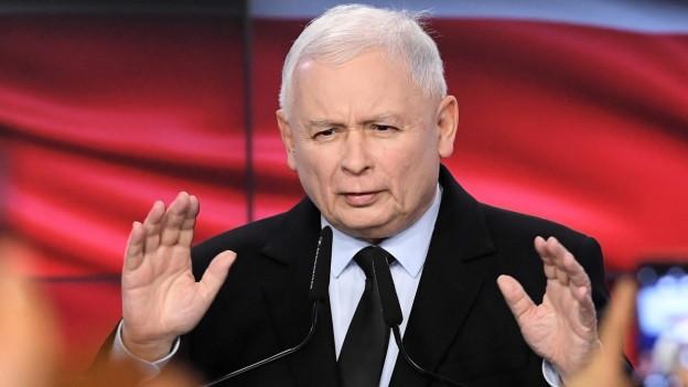 Im Bild ist der Vorsitzende des Pis-Partei - Jaroslaw Kaczynski - zu sehen. Er hält eine Rede gestern Abend nach der Wahl.