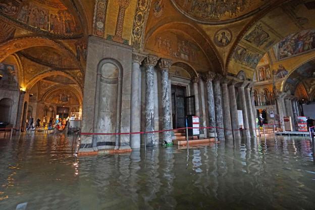 Das innere der Kirche San Marco ist mit Wasser überflutet.