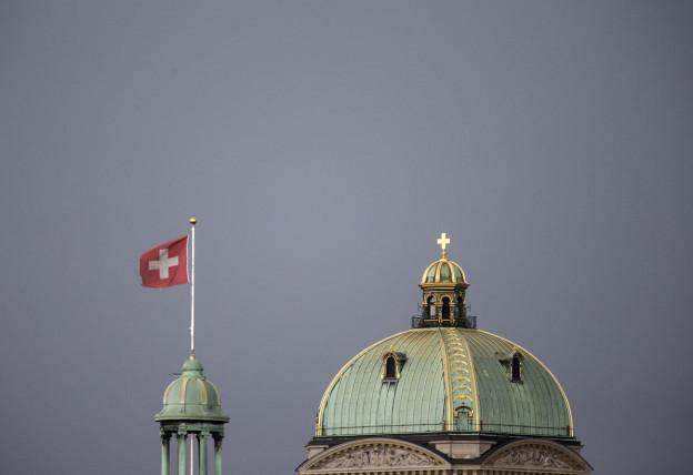 Die Kuppel des Bundeshauses mit Turm und Schweizerfahne.