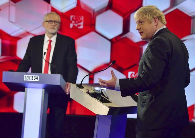 Die beiden Kandidaten - Jeremy Corbyn und Boris Johnson - diskutieren während einer TV-Debatte.