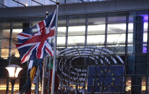 Britische Fahne vor dem europäischen Parlament in Brüssel