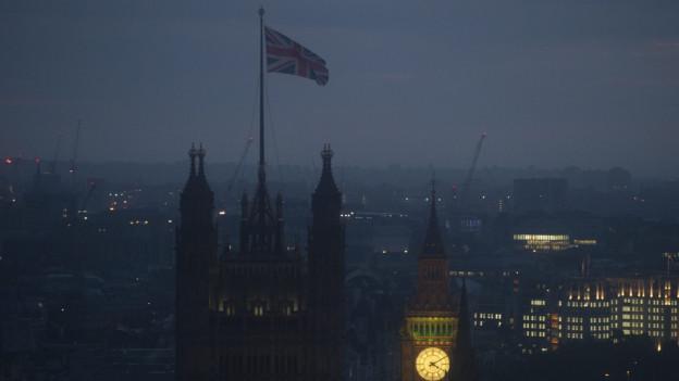 Blick auf den Big Ben bei schummerigen Lichtverhältnissen.