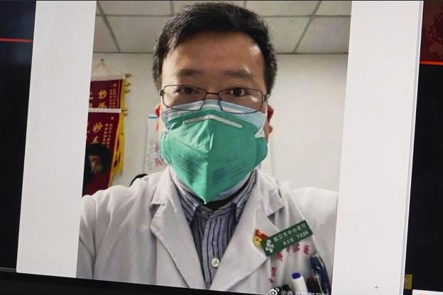 Foto des verstorbenen Arztes Li Wenlian mit Atemmaske.