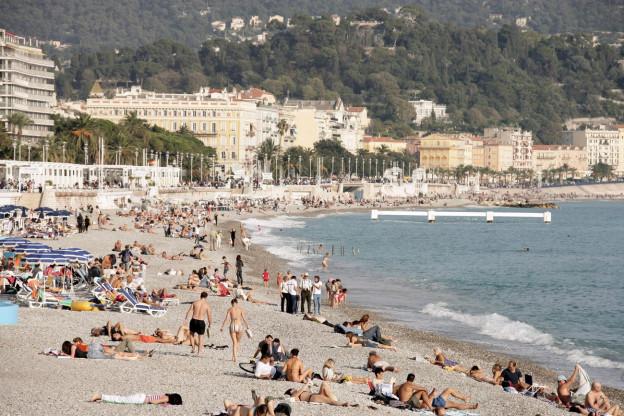 Strand an der französischen Riviera mit Badegästen.