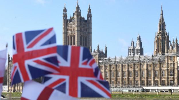 Britische Flagge vor dem Westminster Palace.