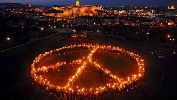 Menschen mit Fackeln stellen sich in Ungarns Hauptstadt Budapest zum Peace-Zeichen auf (21. März 2009)