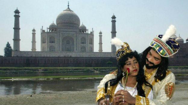 Zwei Schauspieler als Mumtaz Mahal und Shah Jahan.