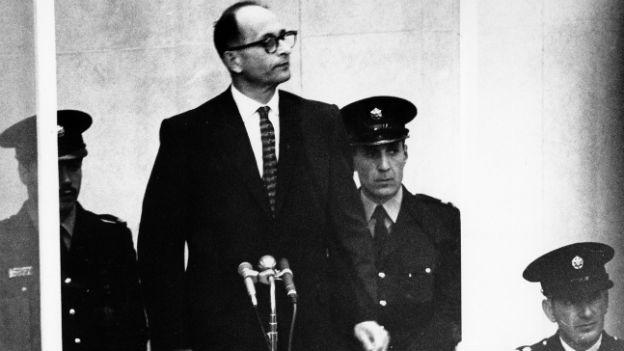 Adolf Eichmann hinter einer Glasbox.
