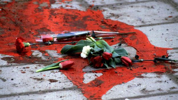 Verstreut liegen Blumen am Boden.