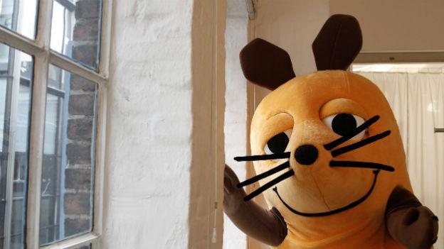 Die «Maus» im Menschengrösse posiert an einer Fensterwand.