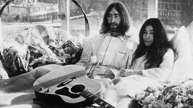 John Lennon und Yoko Ono heiraten