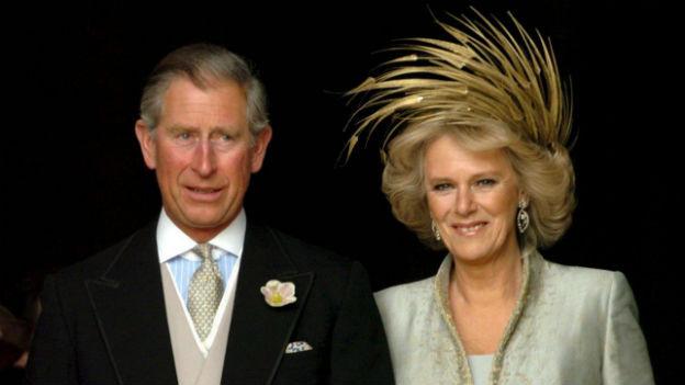 Nahaufnahme von Prinz Charles und seiner frisch angetrauten Ehefrau Camilla.