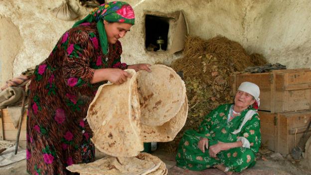 Frauen in Tadschikistan beim Brot backen