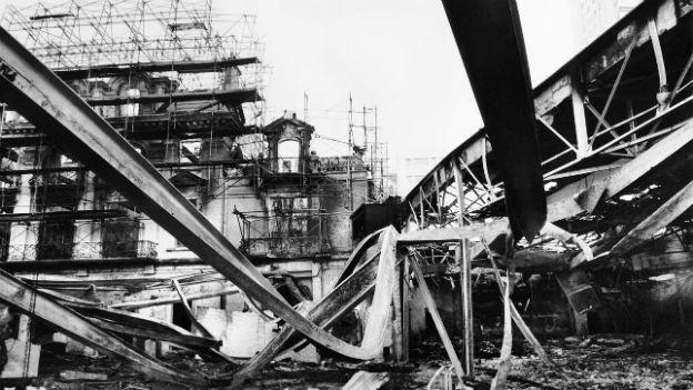 Blick auf das zerstörte Casino in Montreux nach dem Brand 1971