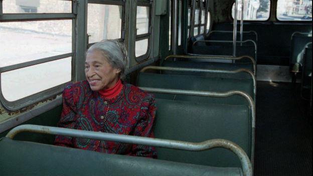 Rosa Parks 1995 in einem Bus im US-Bundesstaat Alabama