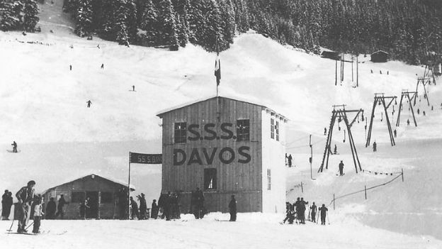 Schwarz-Weiss-Foto des alten Bügellifts in Davos.