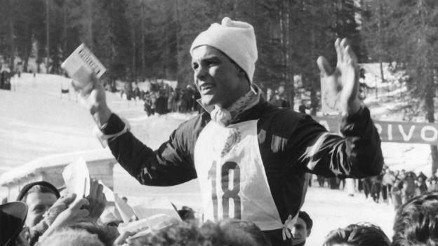 Toni Sailer in Cortina d`Ampezzo umringt von Fans.