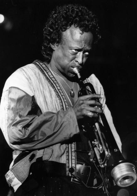 Miles Davis am Montreux-Jazz-Festival im Jahr 1988, ein Schwarzweiss-Foto, der Afroamerikaner bläst in seine Trompete, den Blick gen Himmel gerichtet, .