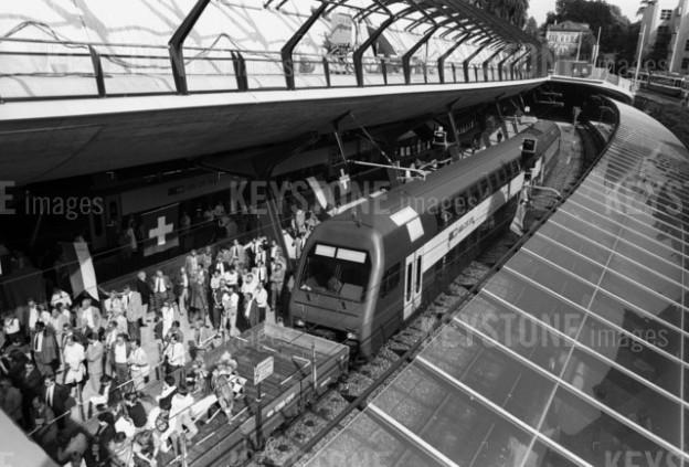 Die erste S-Bahn fährt am 17. Mai 1990 in den Zürcher Bahnhof Stadelhofen ein, zehn Tage vor der eigentlichen Eröffnung, ein Schwarzweiss-Foto, der Bahnhof aus der Vogelperpektive, der Zug steht still, auf dem Perron tummeln sich Hunderte Schaulustige..