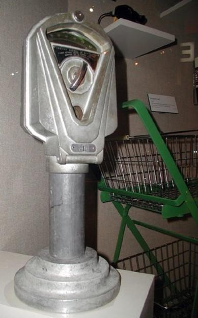 Die erste Parkuhr von Magee, sie steht heute im Museum von Oklahoma City neben dem ersten Einkaufswagen, die Uhr ist silbern.
