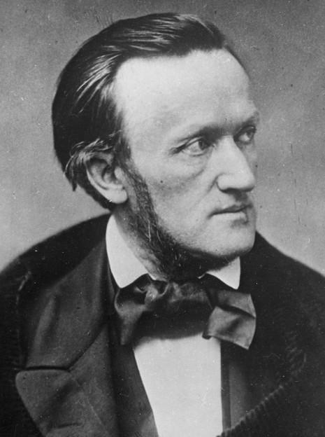 Ein undatiertes Foto von Richard Wagner, schwarzweiss, er schaut au seine linke Seite, die Haare glatt zurückgekämmt.