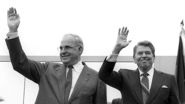 Helmut Kohl und Ronald Reagan winken der Menge zu