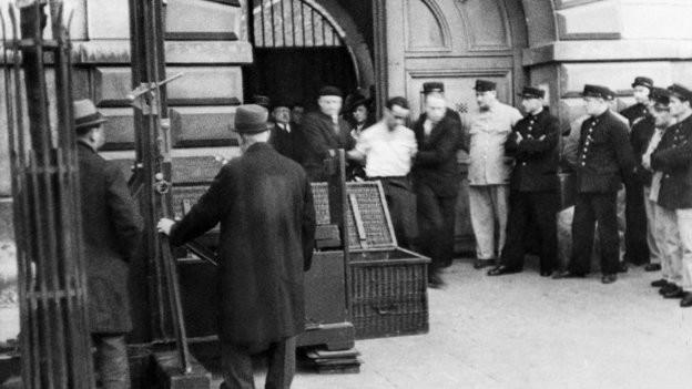 Eugen Weidmann wird zu seiner Hinrichtung geführt