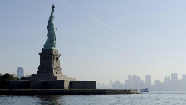 Die Freiheitsstatue vor New Yorks Skyline