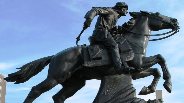 Denkmal für den legendären Pony-Express in St. Joseph, Missouri, es zeigt einen Reiter auf einem rennenden Pferd.