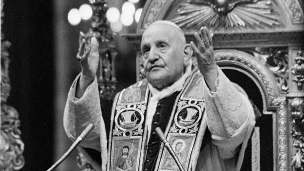 Papst Johannes XXIII. erteilt den Segen (hier 1962 in Rom)