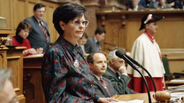 Zu sehen ist SP-Bundesrätin Ruth Drefuss als sie 1998 ihre Wahl zur ersten Bundespräsidentin annimmt.
