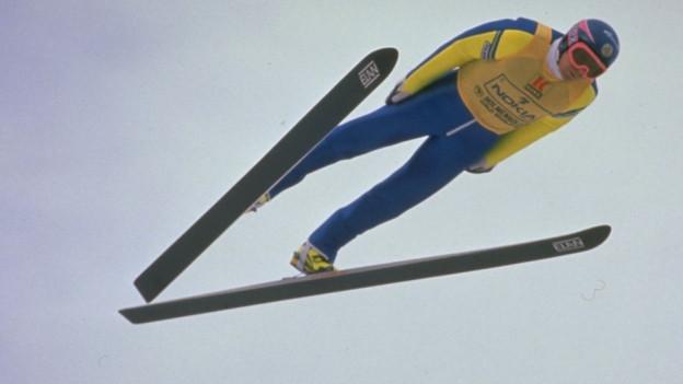 Zu sehen ist Skispringer Jan Boklöv im Flug auf einem Bild aus den 1980er-Jahren.
