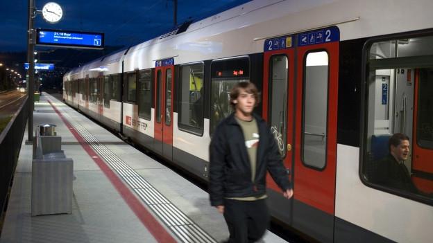 Zu sehen ist ein Zug, der an der Station Chollermueli im Kanton Zug hält.