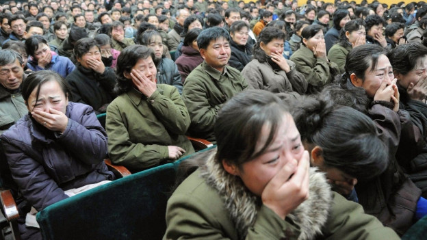Das Bild zeigt Nordkoreanerinnen und Nordkoreaner, die um ihren Führer Kim Jong-il trauern.